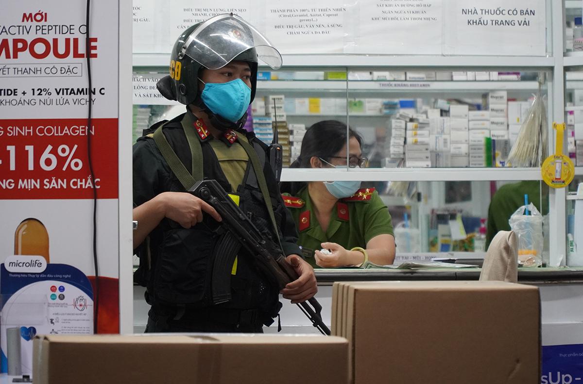 Cảnh sát cơ động tại quầy thuốc Mẫn Sỹ Minh trên đường Phan Đình Phùng. Ảnh: Phước Tuấn