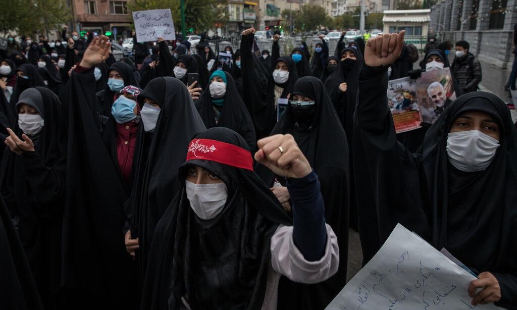 Người dân Tehran biểu tình phản đối vụ ám sát Fakhrizadeh hôm 30/11. Ảnh: Reuters.