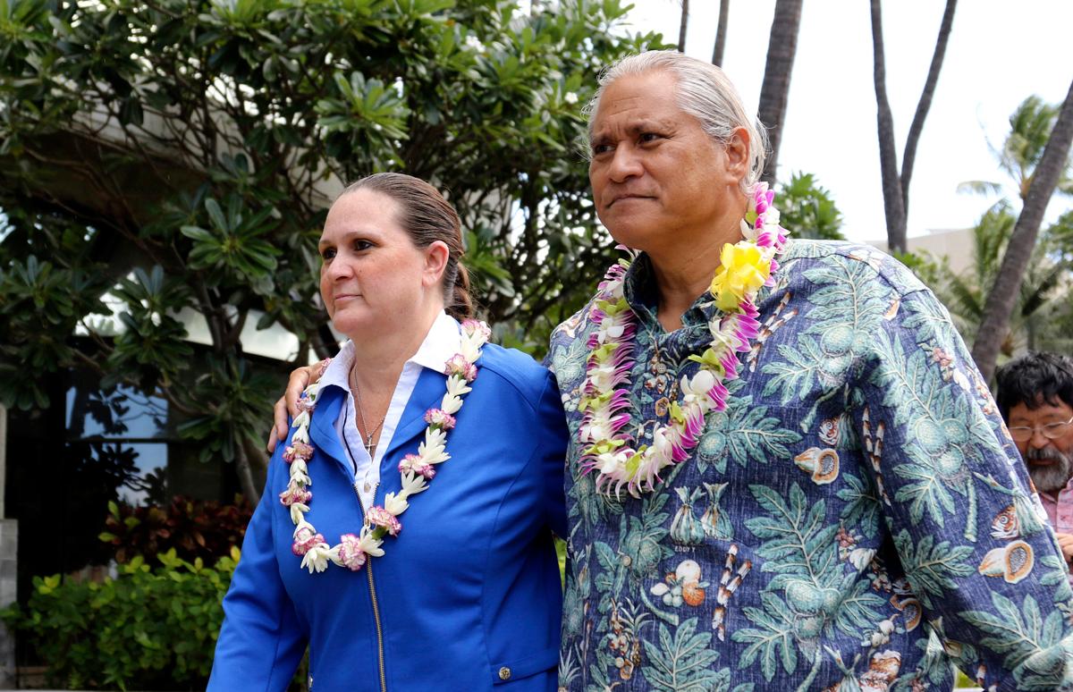 Katherine Kealoha (trái) và chồng Louis Kealoha vào năm 2017. Ảnh: AP.