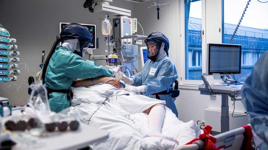 Nhân viên y tế chăm sóc bệnh nhân Covid-19 ở Na Uy cuối tháng 11. Ảnh: AFP.