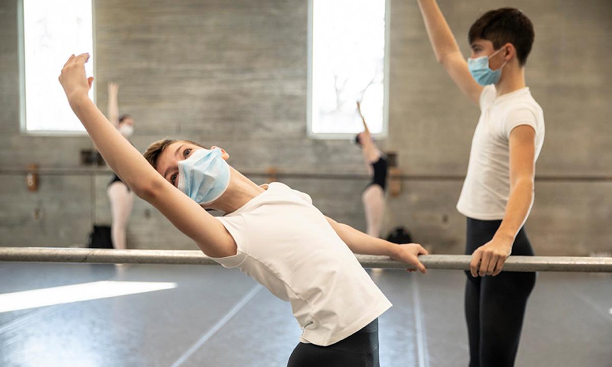 Học sinh đeo khẩu trang khi học múa ballet ở Tây Des Moines, bang Iowa hôm 7/11. Ảnh: NYTimes.