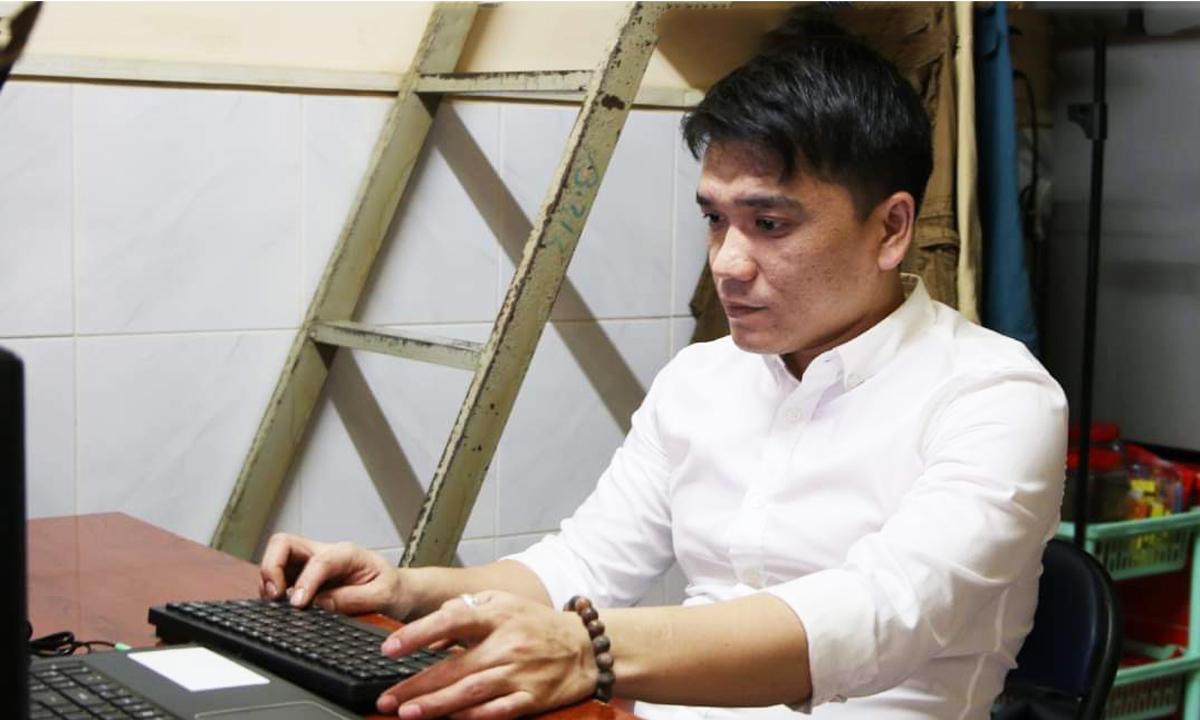 Thái Sơn Linh trong căn phòng trọ ở quận 4, TP HCM. Ảnh: Tuấn Kim.