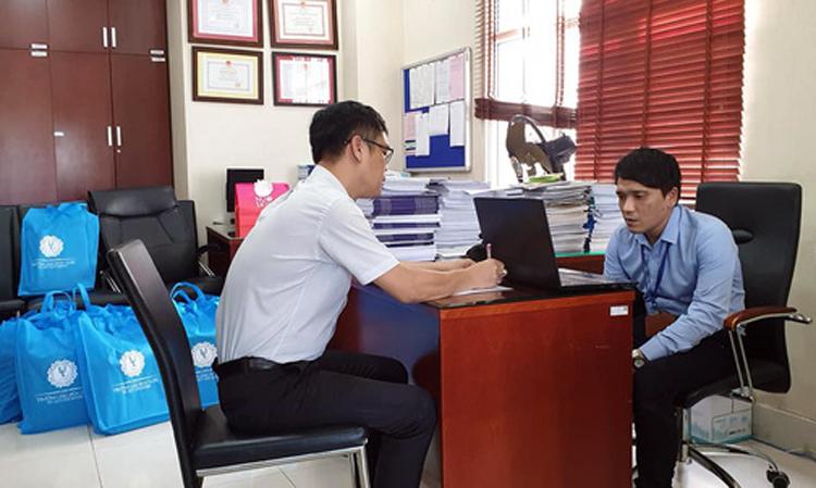 TS Võ Trung Tín (trái) và Thái Sơn Linh trong buổi thi vấn đáp môn Luật môi trường, tháng 6/2019. Ảnh: Đại học Luật TP HCM.