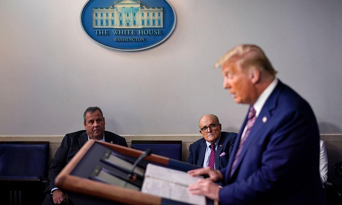 Tổng thống Donald Trump (phải) phát biểu ở Nhà Trắng hôm 27/9. Ảnh: AP.