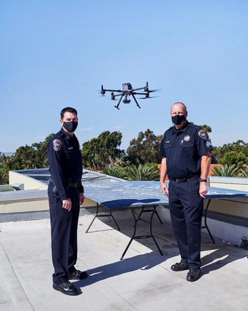 Đội trưởng Don Redmond (trái) và Trung úy James Horst tại bãi phóng trên sân thượng trụ sở phòng cảnh sát Chula Vista. Ảnh: John Francis Peters.