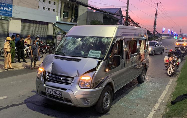Ôtô chở đoàn khách từ Bình Dương bị tạm giữ. Ảnh: An Phú