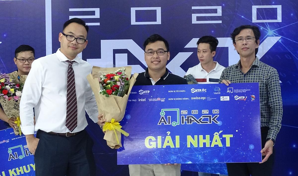 Lê Yên Thanh, trưởng dự án bSmart (giữa) nhận giải Nhất cuộc thi AI Hack năm 2020. Ảnh: Hà An.