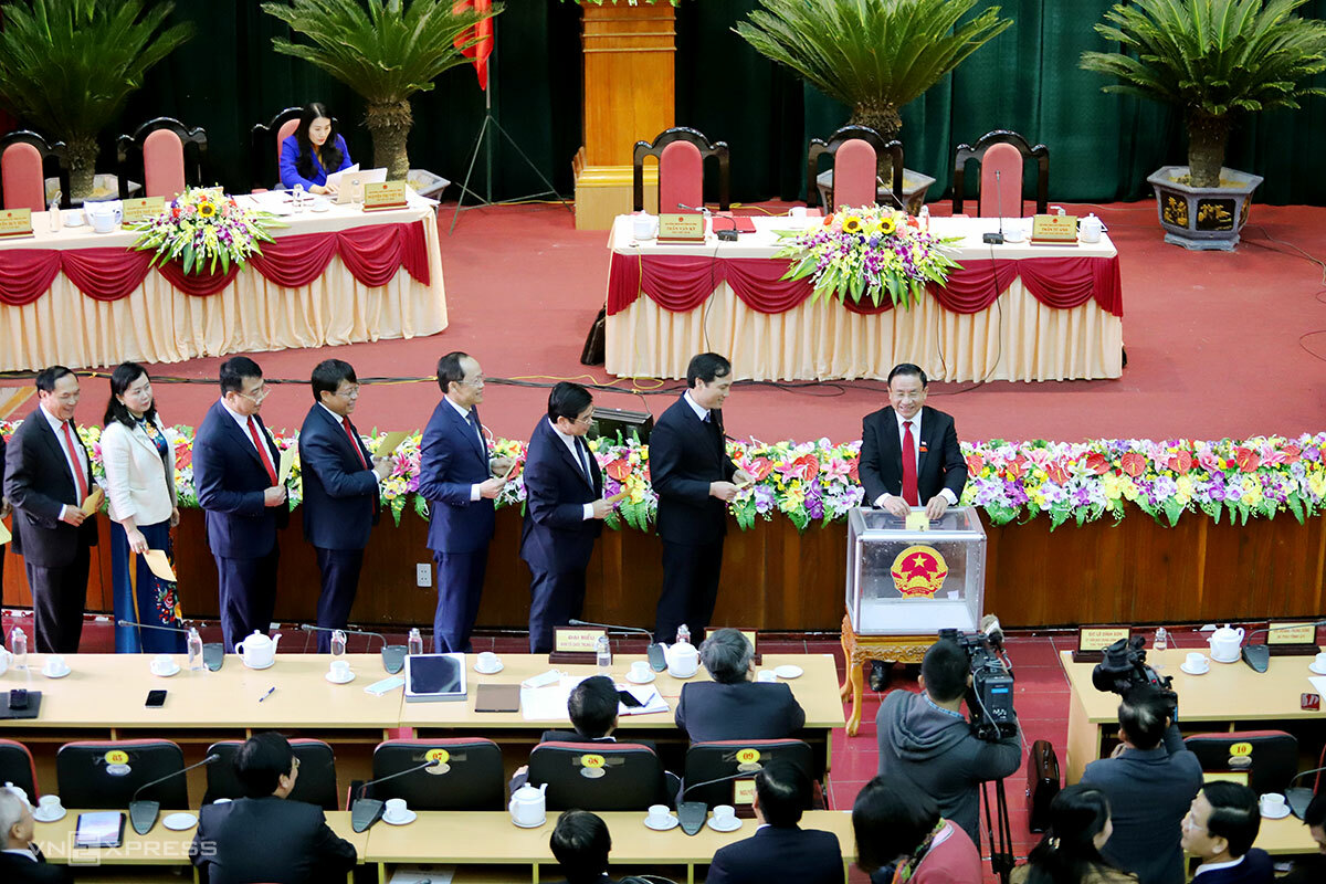 Đại biểu bỏ phiếu bầu các chức danh lãnh đạo chủ chốt của tỉnh Hà Tĩnh tại kỳ họp HĐND, trưa 6/12. Ảnh: Đức Hùng