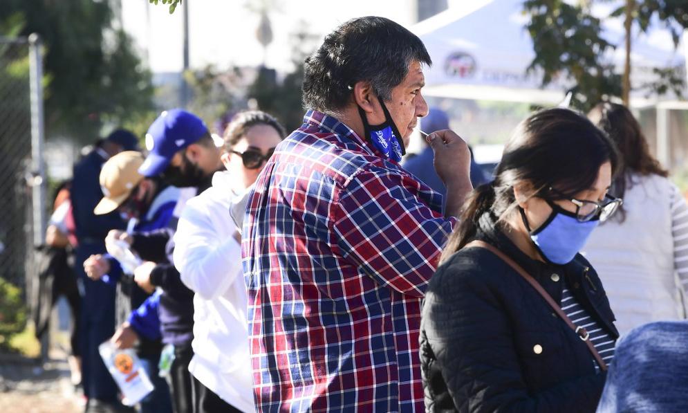 Người dân xếp hàng xét nghiệm nCoV tại một điểm xét nghiệm lưu động ở thành phố Los Angeles, bang California, hôm 3/12. Ảnh: AFP.