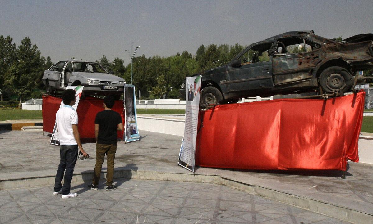 Ô tô của các nhà khoa học hạt nhân bị ám sát được Iran trưng bày năm 2012. Ảnh: AP.