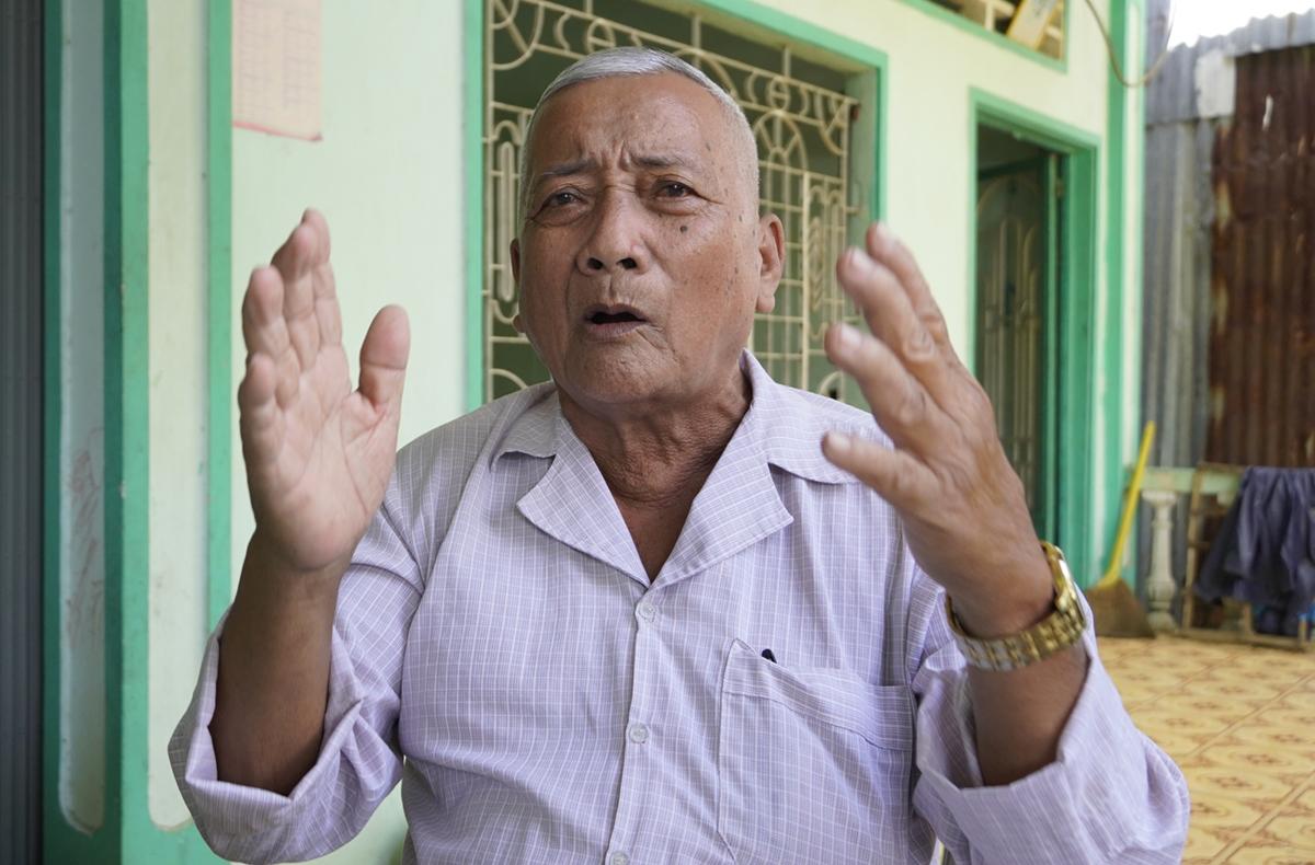 Ông Nguyễn Văn Niểu kể lại đàn sếu hàng nghìn con hơn 40 năm trước. Ảnh: Hoàng Nam
