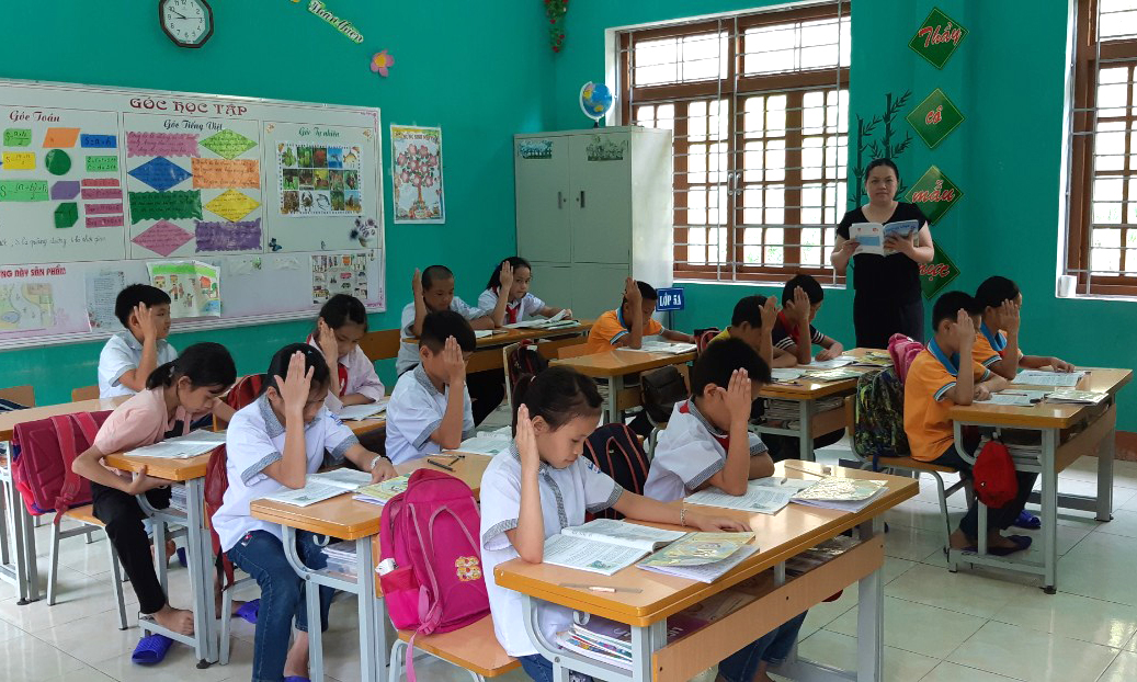 Học sinh trường Phổ thông dân tộc bán trú Tiểu học và Trung học cơ sở xã Thanh Lòa tích cực tham gia xây dựng bài tại lớp. Ảnh: Nhà trường cung cấp.
