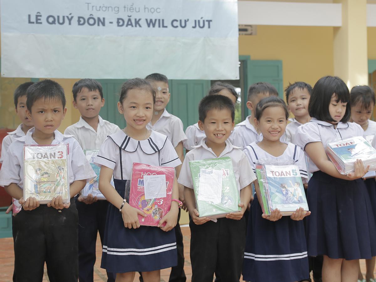 Niềm vui của các em học sinh trường tiểu học Lê Qúy Đôn khi nhận sách mới hôm 28/9.