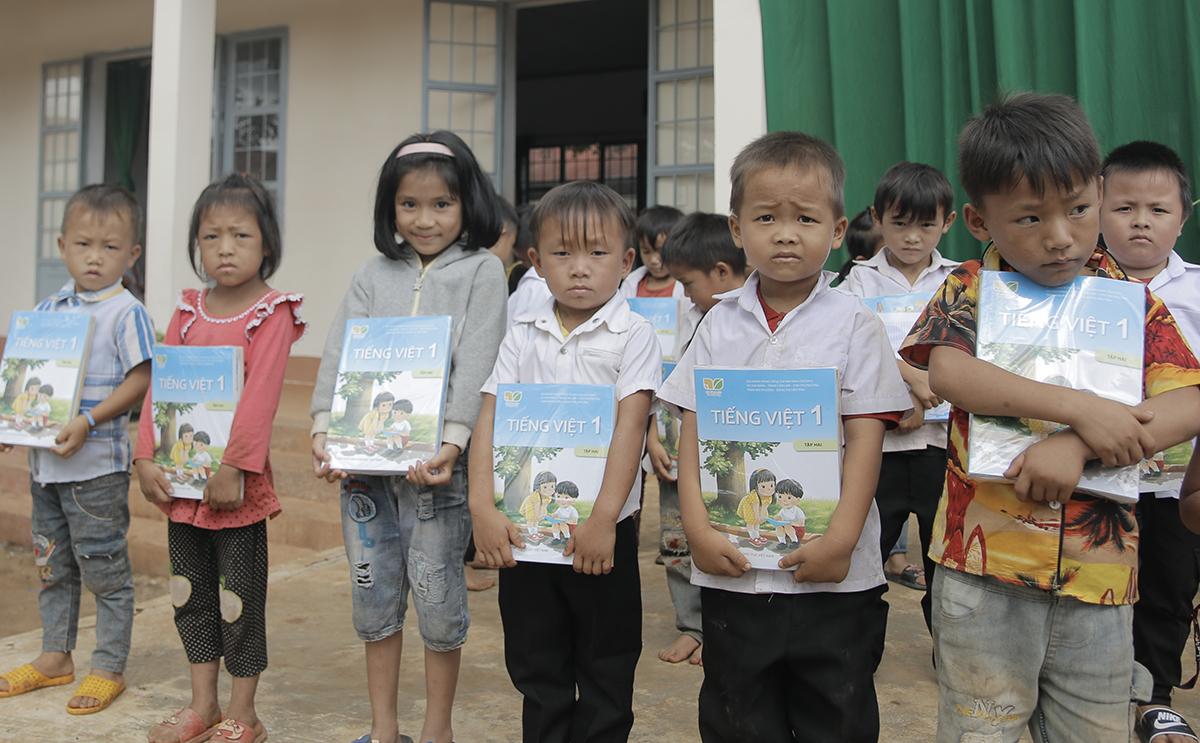 Học sinh trường Tiểu học Lê Qúy Đôn nhận sách giáo khoa lớp một hôm 28/9.