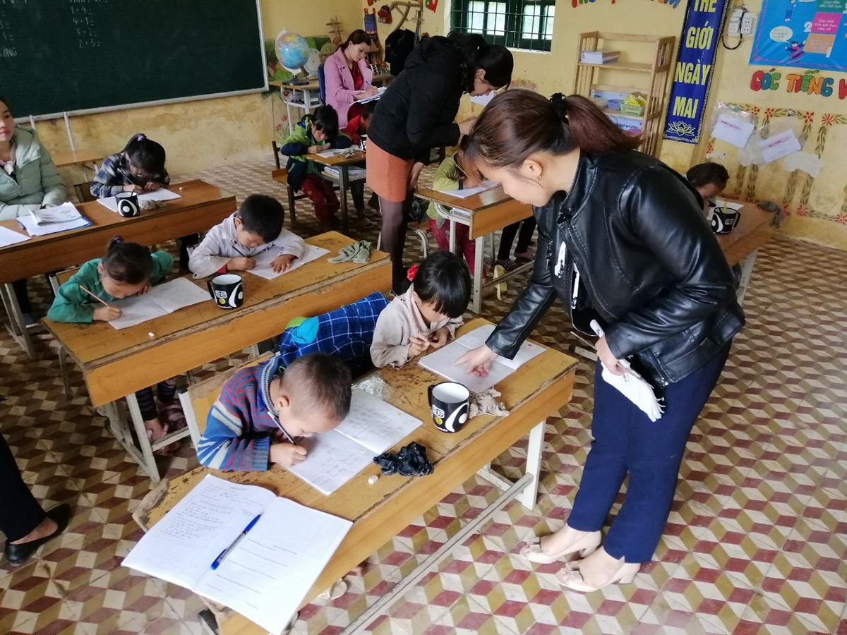 Các em học sinh Tiểu học Thanh Kim trong một giờ học chữ.