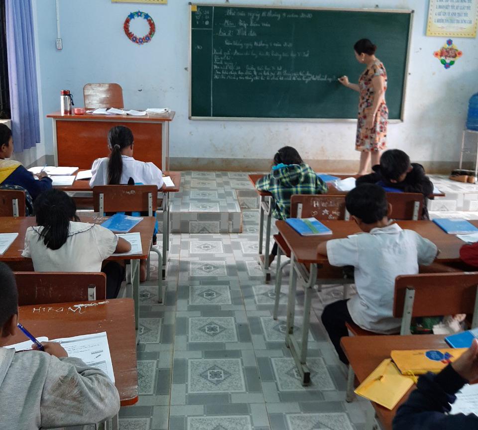 Giáo viên của trường tiểu học Y Jút mong tiết học có thể sinh động hơn với các thiết bị hỗ trợ. Ảnh: Nhà trường cung cấp.