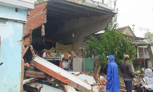 Nhà dân bị container tông sập giữa đêm