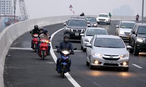 Bất chấp biển cấm chạy xe máy lên cầu cạn