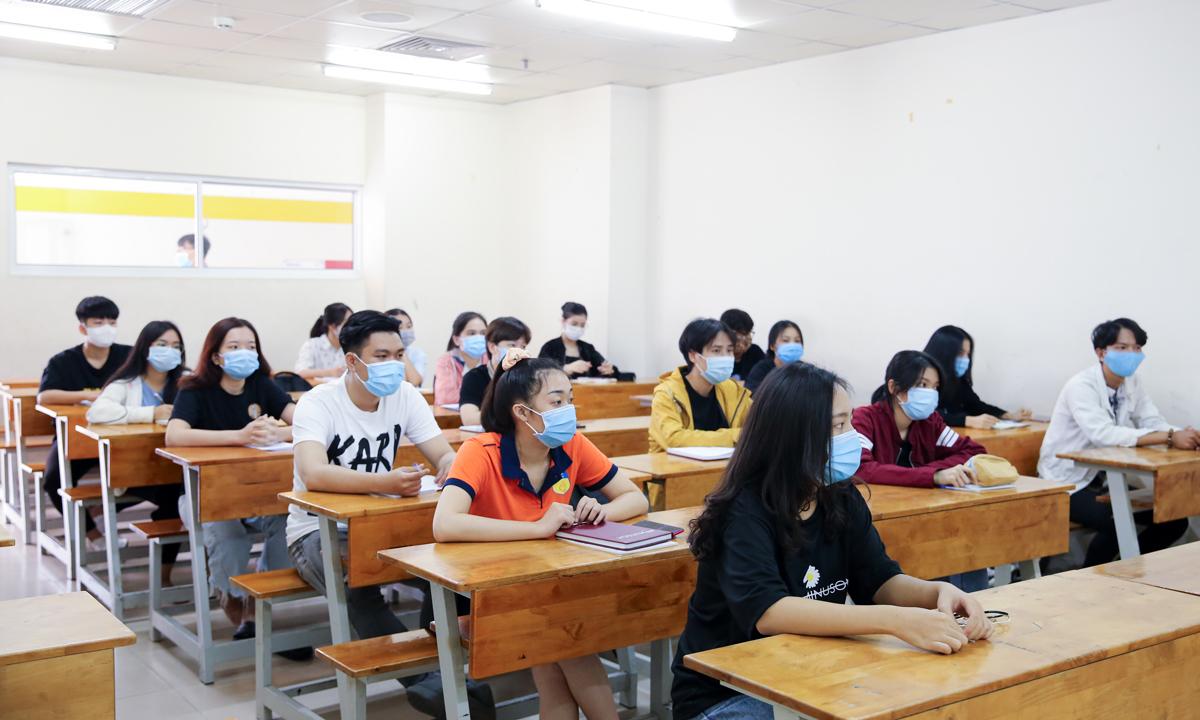 Sinh viên trường Đại học Công nghệ TP HCM trở lại trường sáng 7/12. Ảnh: HUTECH.