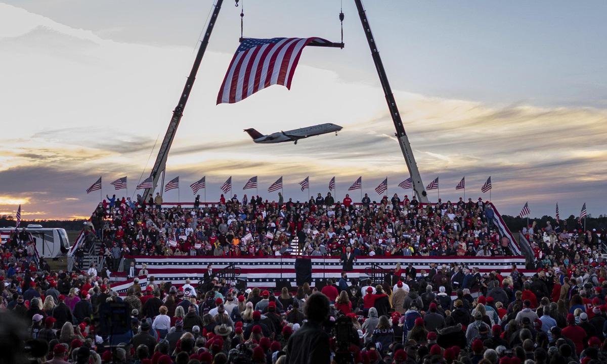 Đông đảo người ủng hộ Tổng thống Trump tham gia sự kiện của ông ở Valdosta, bang Georgia hôm 5/12. Ảnh: AP.