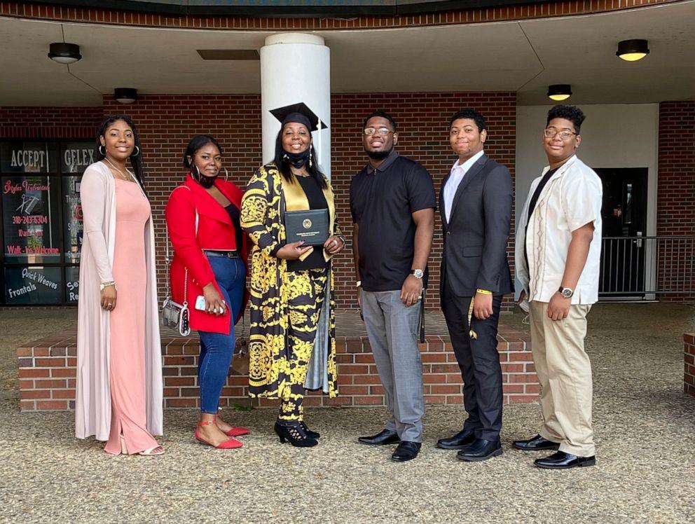 Bà Tyra Muhammad tốt nghiệp Đại học Grambling State và chụp ảnh kỷ niệm cùng năm con vào tháng 11. Ảnh: Good Morning America