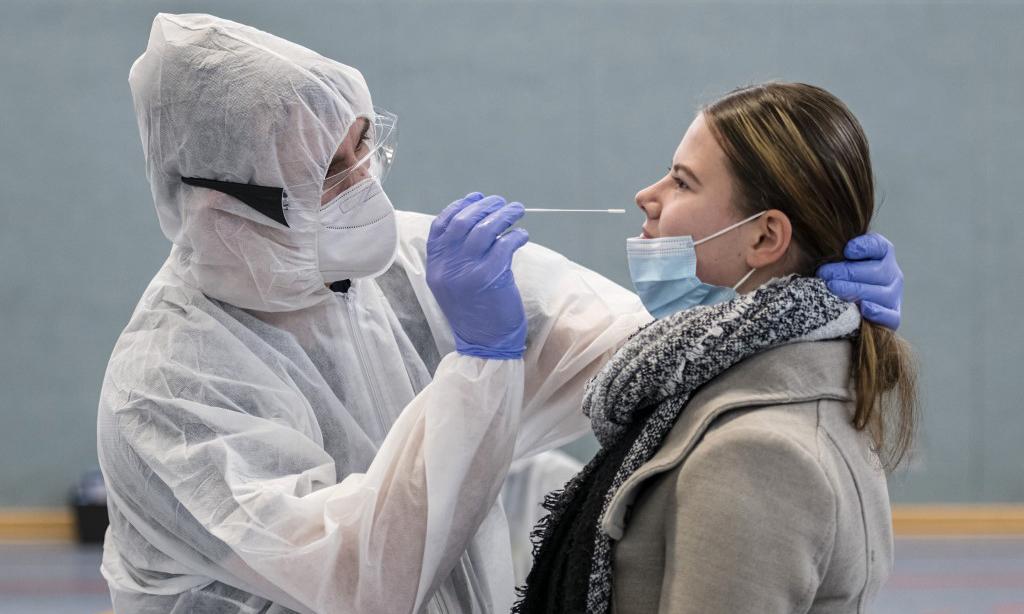 Nhân viên y tế lấy mẫu xét nghiệm nCoV tại Hildburghausen, bang Thuringia, Đức, hôm 2/12. Ảnh: AFP.