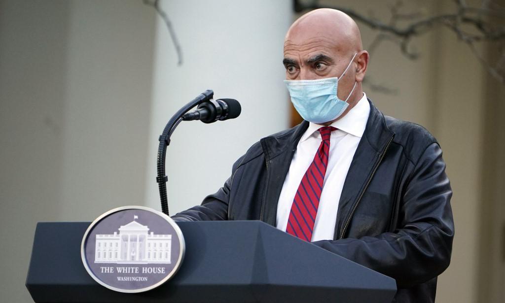 Moncef Slaoui, cố vấn Chiến dịch Thần tốc của Mỹ, trong cuộc họp báo tại Nhà Trắng hôm 13/11. Ảnh: AFP.