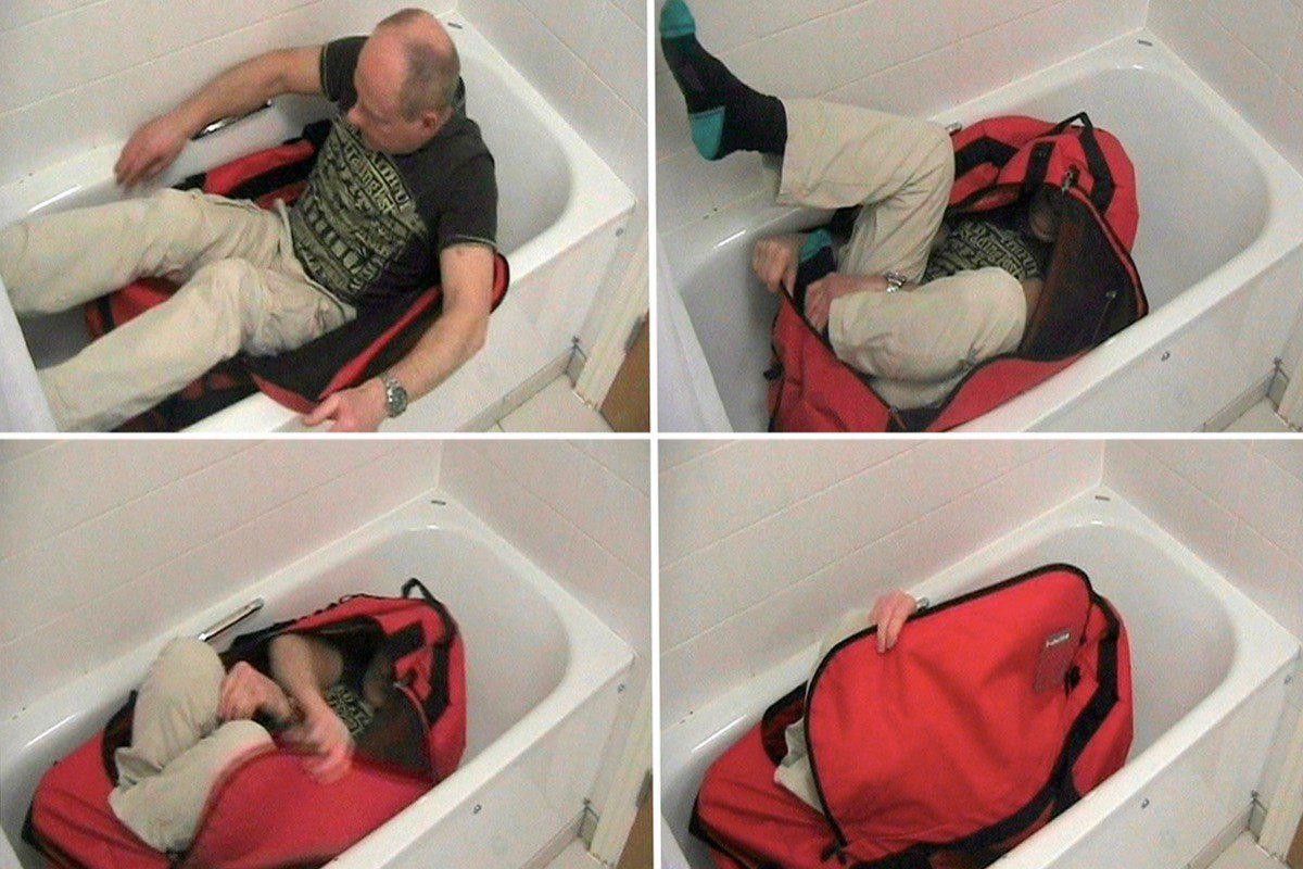 Hai chuyên gia thất bại sau 400 lần thử kéo phéc-mơ-tuya và đóng khóa mình trong túi. Ảnh: The Unredacted.