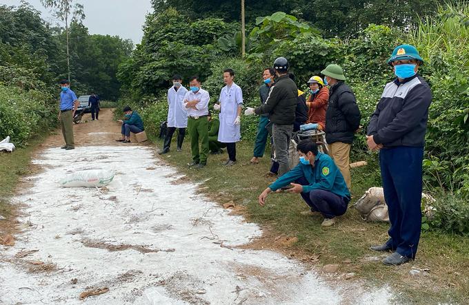 Cơ quan chức năng xử lý môi trường tại nơi phát hiện vụ vứt lợn. Ảnh: Minh Thái.