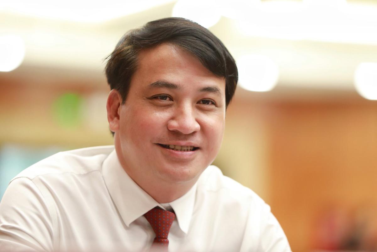 Ông Lê Hoà Bình tại kỳ họp 23 HĐND TP HCM khoá IX, ngày 8/12. Ảnh: Hữu Khoa.