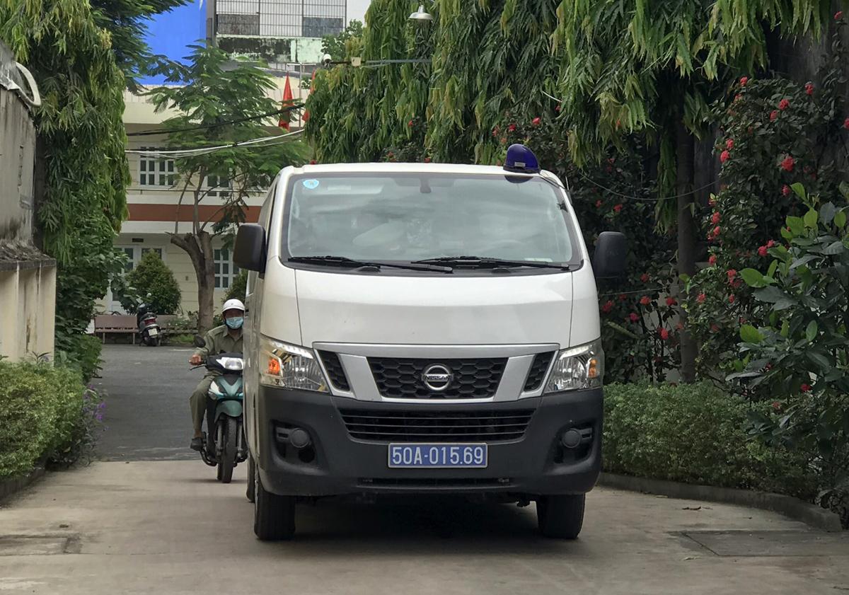 Ôtô của cơ quan điều tra chở các thùng tài liệu ra khỏi Công ty Tân Thuận, trưa 8/12. Ảnh: Đình Văn.