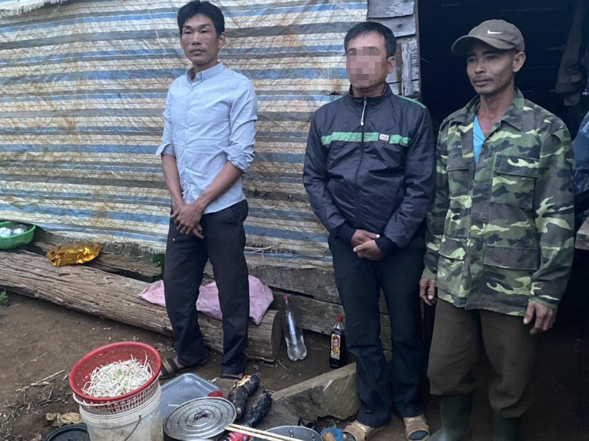 Nạn nhân (giữa) được cảnh sát giải cứu. Ảnh: Công an cung cấp.