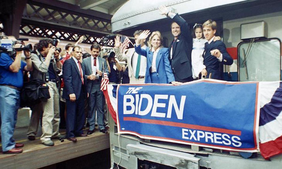 Biden (thứ ba từ bên phải) tại ga tàu Amtrak wor Wilmington, bang Delaware sau khi tuyên bố tranh cử tổng thống Mỹ hồi tháng 6/1987. Ảnh: AP.