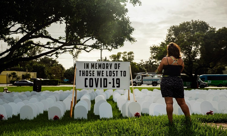 Khu tưởng niệm người tử vong do Covid-19 tại Miami, Florida. Ảnh: NYTimes.
