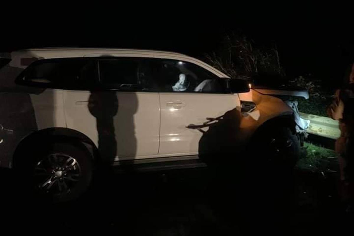 Chiếc ôtô 7 chỗ đâm đầu vào lan can sau tai nạn. Ảnh: Ngọc Oanh.