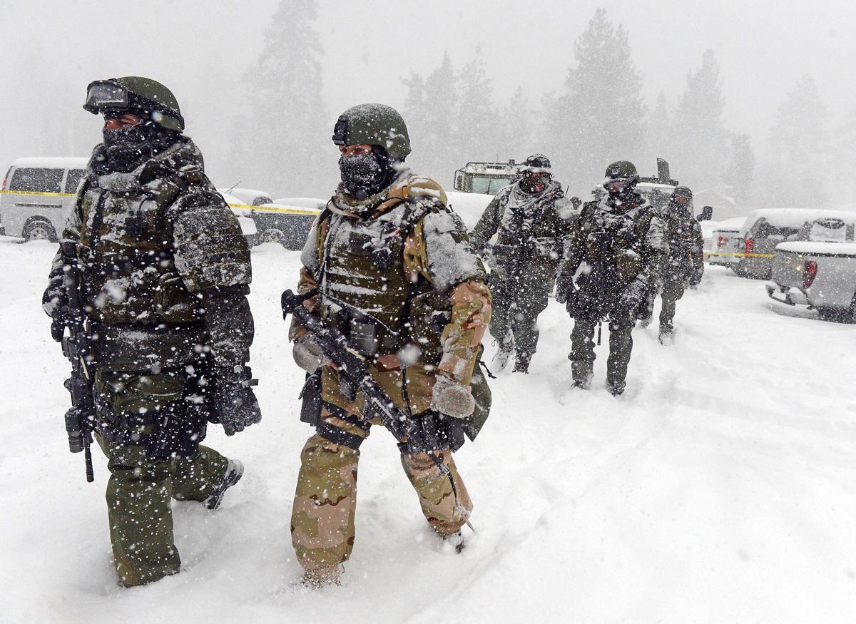 Một đơn vị SWAT trở về phòng chỉ huy sau khi tìm kiếm Christopher Dorner vào ngày 8/2/2013. Ảnh: SCNG.