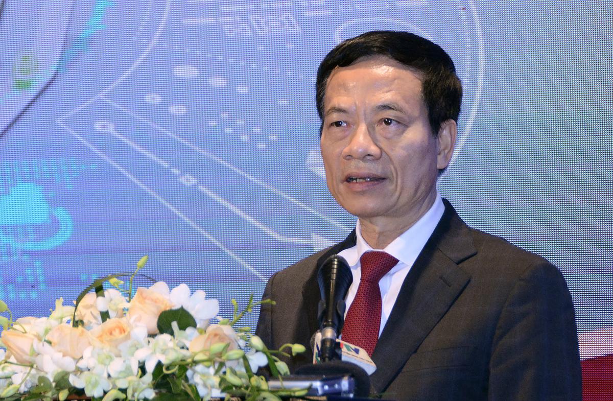 Bộ trưởng Thông tin và Truyền thông Nguyễn Mạnh Hùng có bài phát biểu dài về chuyển đổi số trong giáo dục và đào tạo tại hội thảo ngày 9/12. Ảnh: MOET.