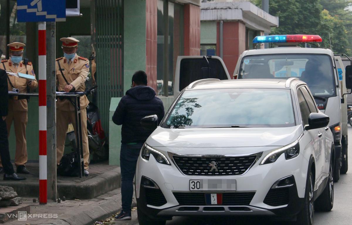 CSGT xử lý xe vi phạm dừng đỗ ở Hà Nội hôm 8/12. Ảnh: Phương Sơn