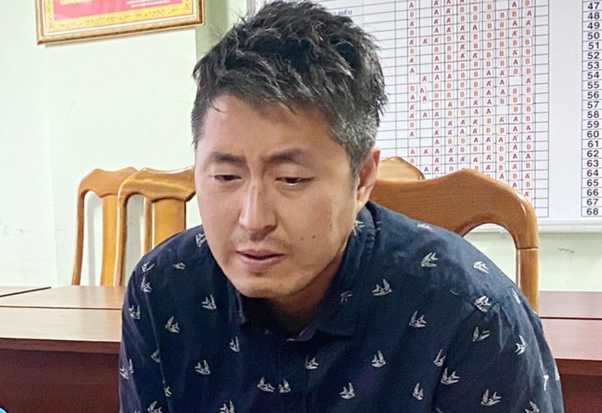 Jeong In Cheol tại cơ quan điều tra. Ảnh: Quốc Thắng.