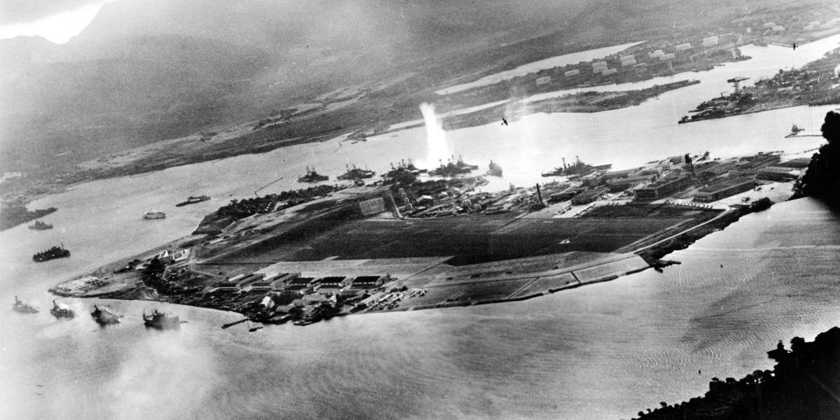 Thiết giáp hạm Mỹ bị máy bay Nhật Bản tấn công sáng 7/12/1941. Ảnh: IJN.