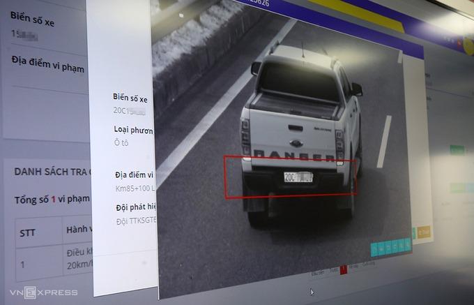 Camera trên cao tốc có thể quay 360 độ, chụp sắc nét ở khoảng cách cả km. Ảnh:Bá Đô