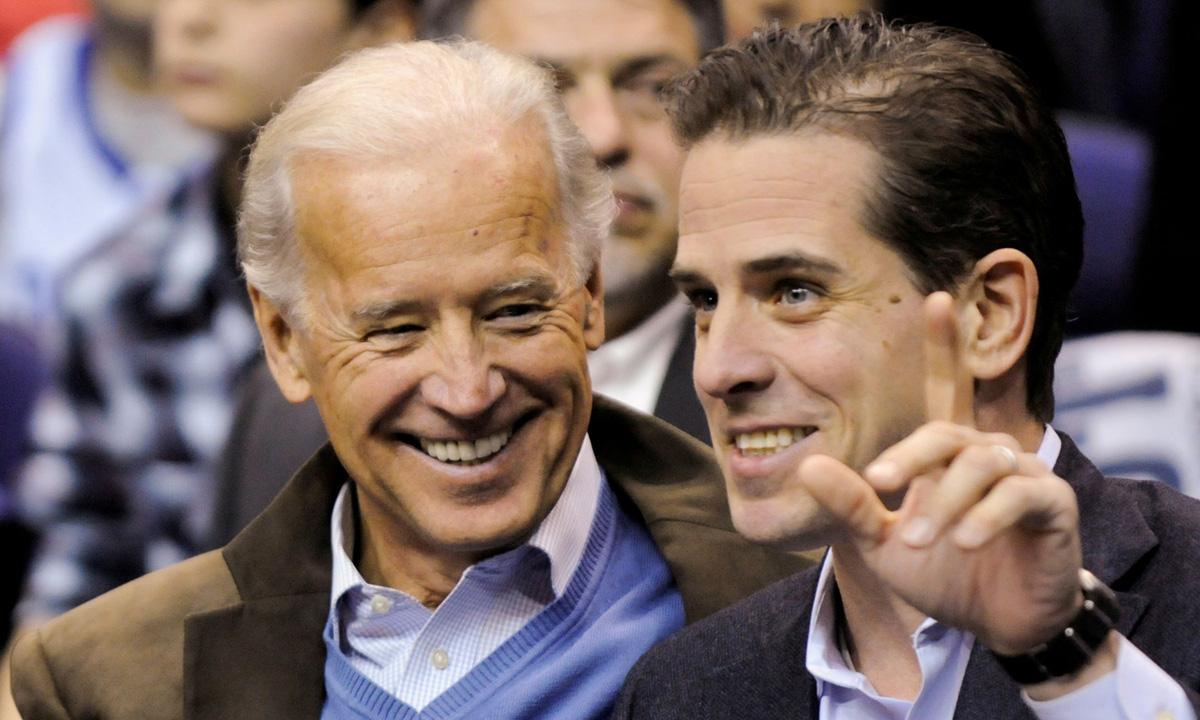 Joe Biden (trái) và con trai Hunter tại Washington năm 2010. Ảnh: Reuters.
