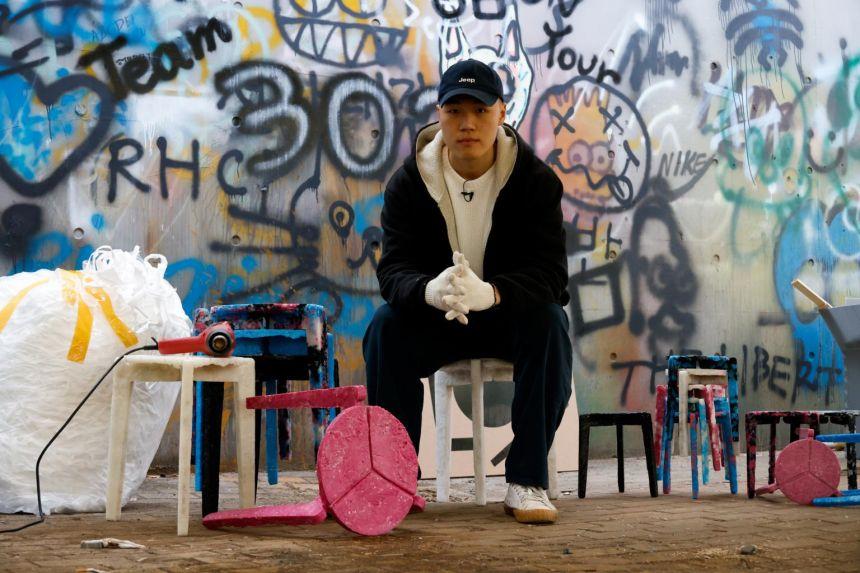 Ghế đẩu tái chế từ khẩu trang được trưng bày trong triển lãm tốt nghiệp của Ha-neul ngày 7/12. Ảnh: Reuters