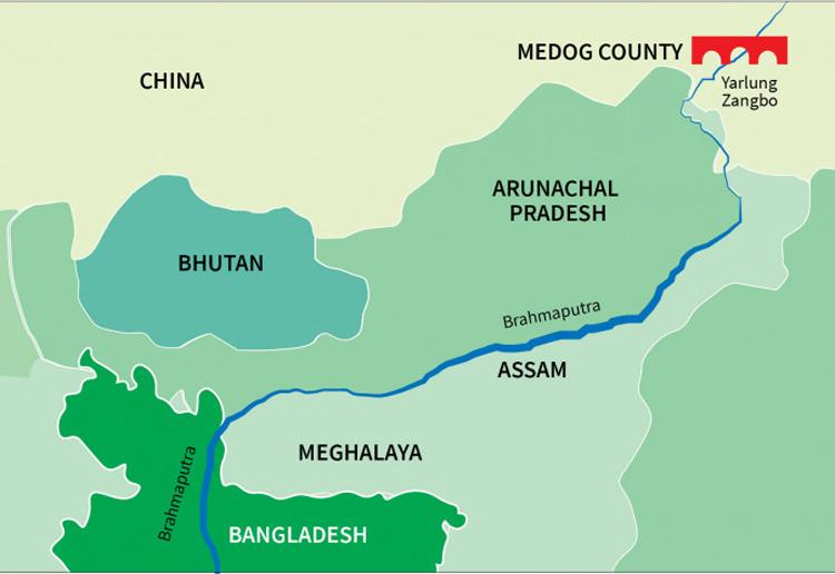 Dòng chảy của sông Yarlung Zangbo (màu xanh dương) qua Trung Quốc, Ấn Độ, Bangladesh và vị trí đập (màu đỏ) dự kiến được xây ở huyện Medog, Tây Tạng. Đồ họa: TBS News.