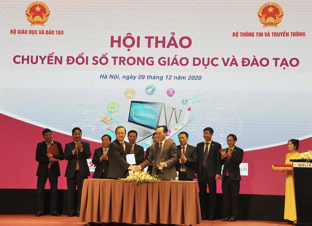 Thứ trưởng Bộ Giáo dục và đào tạo Hoàng Minh Sơn (bên phải) và Chủ tịch HĐTV VNPT ký kết biên bản ghi nhớ chuyển đổi số trong giáo dục và đào tạo.