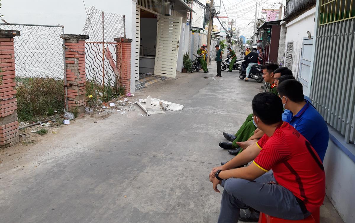 Con hem phía trước nhà nơi xảy ra vụ bắn nhau bị cảnh sát phong tỏa. Ảnh: Hồ Nam