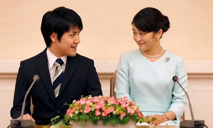 Công chúa Mako (phải) và hôn phu Komuro trong cuộc họp báo ở Nhật năm 2017. Ảnh: Reuters.