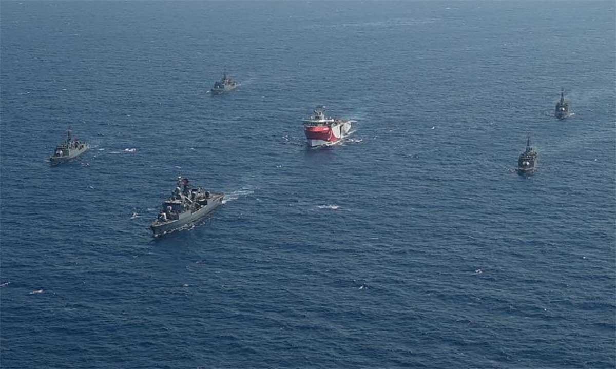 Tàu khoan Oruc Reis (giữa) và nhóm chiến hạm hộ tống ở khu vực phía đông Địa Trung Hải, ngày 12/8. Ảnh: Bộ Quốc phòng Thổ Nhĩ Kỳ.