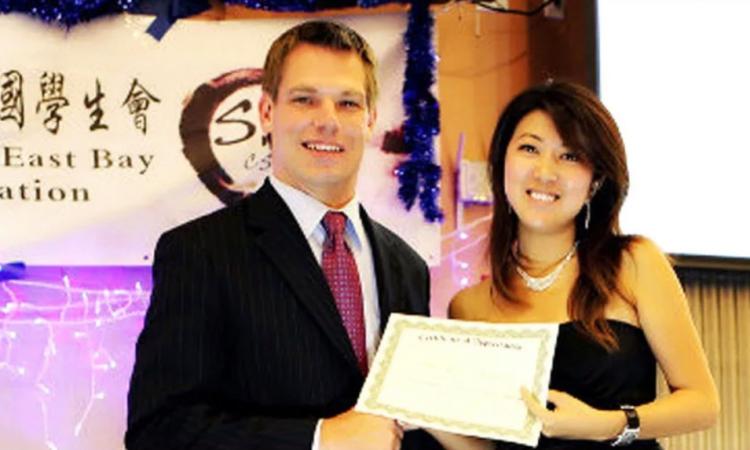 Fang Fang (phải) chụp với Eric Swalwell hồi tháng 10/2012 tại một sự kiện của sinh viên. Ảnh: Axios.