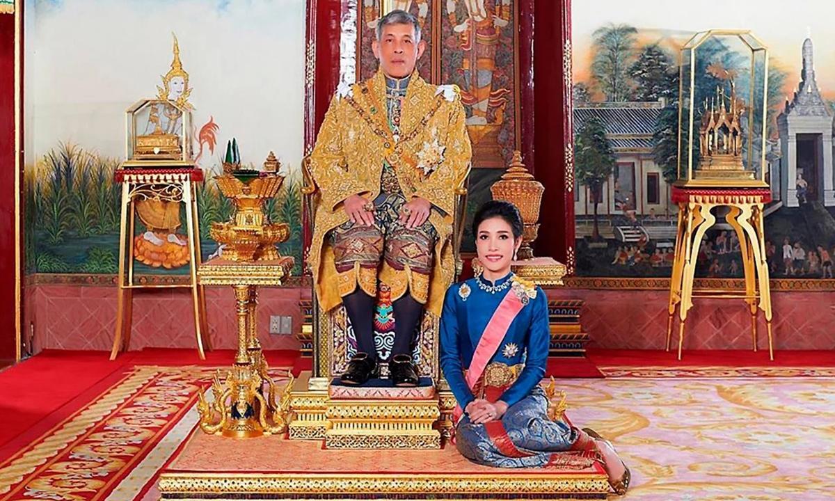 Vua Maha Vajiralongkorn và Hoàng quý phi Sineenat tại Thái Lan năm 2019. Ảnh: AFP.